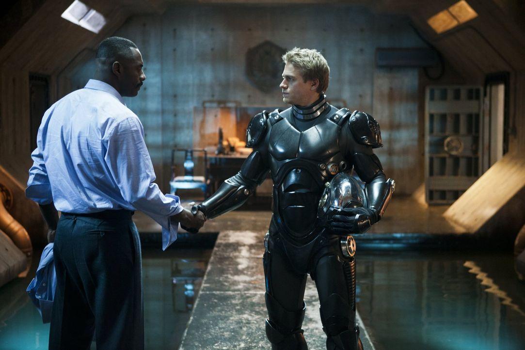 Obwohl sich Raleigh (Charlie Hunnam, r.) nach dem Tod seines Bruder zurückgezogen hat und nichts mehr mit Jaeger-Kampfrobotern zu tun haben wollte,... - Bildquelle: 2013 Warner Bros. Entertainment Inc. and Legendary Pictures Funding, LLC