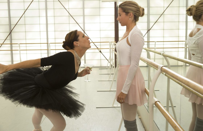 Primaballerina Heather Darcy (Molly Shannon, l.) hat sich in Jody (Ashley Tisdale, r.) ihr neues Opfer ausgesucht ... - Bildquelle: 2013 Constantin Film Verleih GmbH.