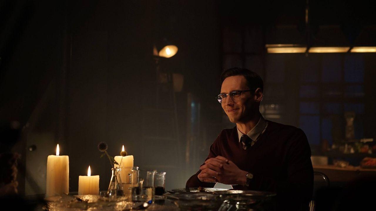 Edward Nygma (Cory Michael Smith) bittet Miss Kringle um ein Date, während Theo Galavan seinen hinterhältigen Plänen, um die Macht der Unterwelt von... - Bildquelle: Warner Brothers