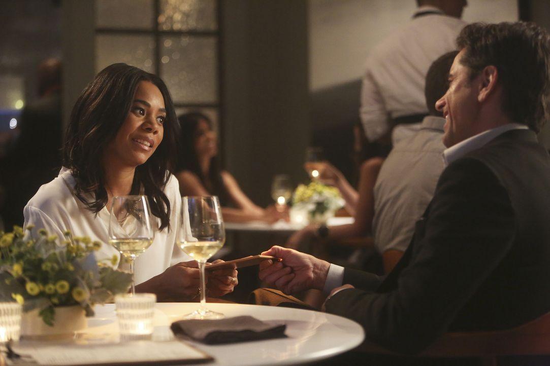 Jimmy (John Stamos, r.) verabredet sich zu einem Date mit CEO Catherine Sanders (Regina Hall, l.) und ist von ihr höchst angetan. Doch die Vorstands... - Bildquelle: Jordin Althaus 2016 ABC Studios. All rights reserved.