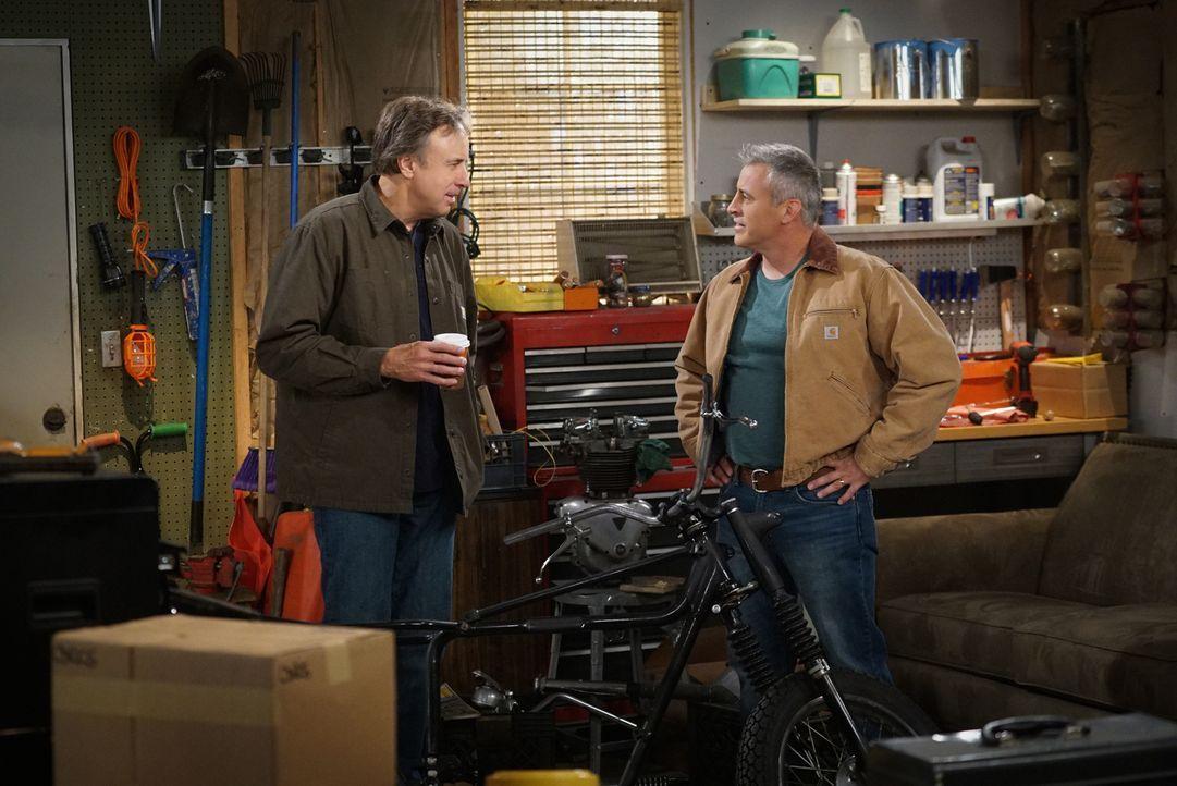 Als Adam (Matt LeBlanc, r.) eines Tages von seinem Bruder Don (Kevin Nealon, l.) ermutigt wird, seine Garage aufzuräumen und daraus ein Herrenzimmer... - Bildquelle: 2016 CBS Broadcasting, Inc. All Rights Reserved