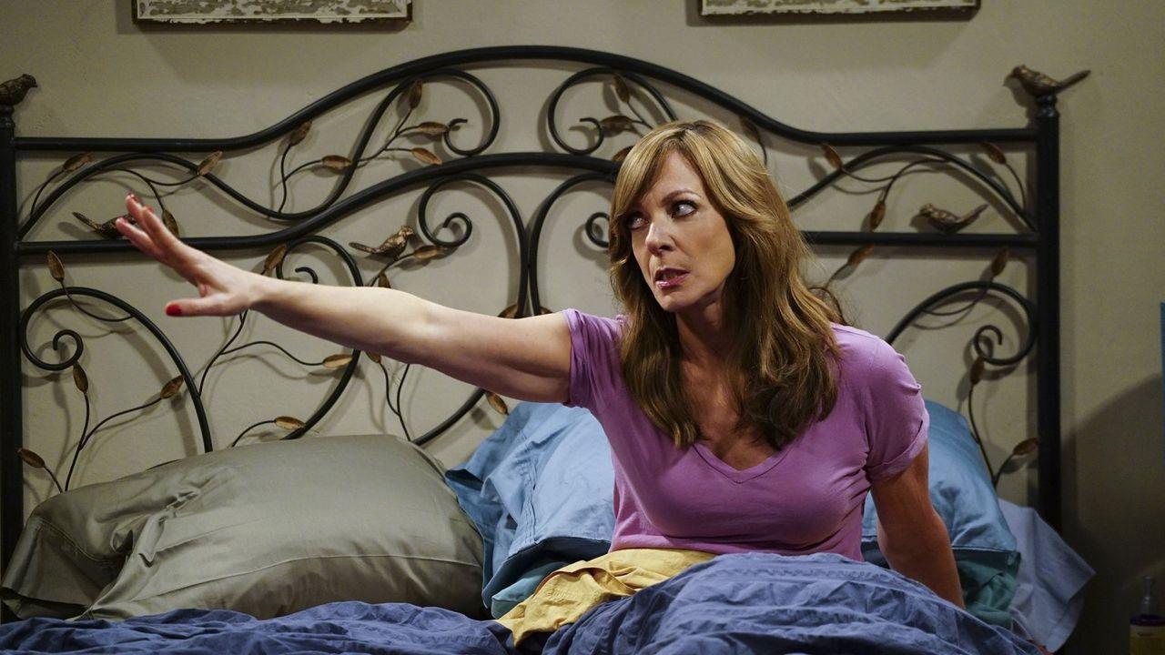 Als Bonnie (Allison Janney) ein merkwürdiges Muttermal an intimer Stelle findet, fürchtet sie, dass es Krebs sein könnte und schließt schon halb mit... - Bildquelle: 2015 Warner Bros. Entertainment, Inc.