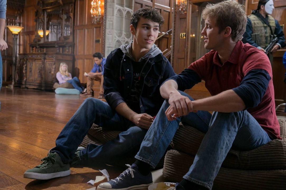 Ahnen nicht, in welcher Gefahr sie sich befinden: Ian (Max Schneider, l.) und Luke (Brandon Ruiter, r.) ... - Bildquelle: 2013-2014 NBC Universal Media, LLC. All rights reserved.