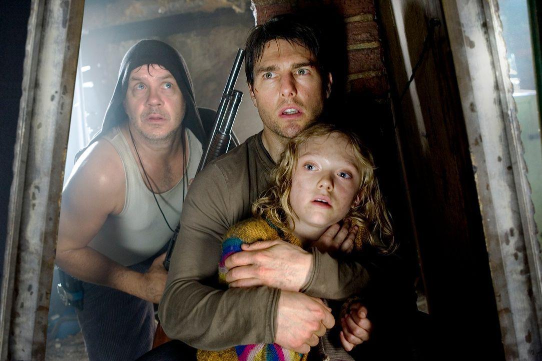 Unter Beschuss der Invasoren vom Mars: Harlan (Tim Robbins, l.), Rachel (Dakota Fanning, r.) und Ray (Tom Cruise, M.) ? - Bildquelle: 2004 Paramount Pictures All Rights Reserved.
