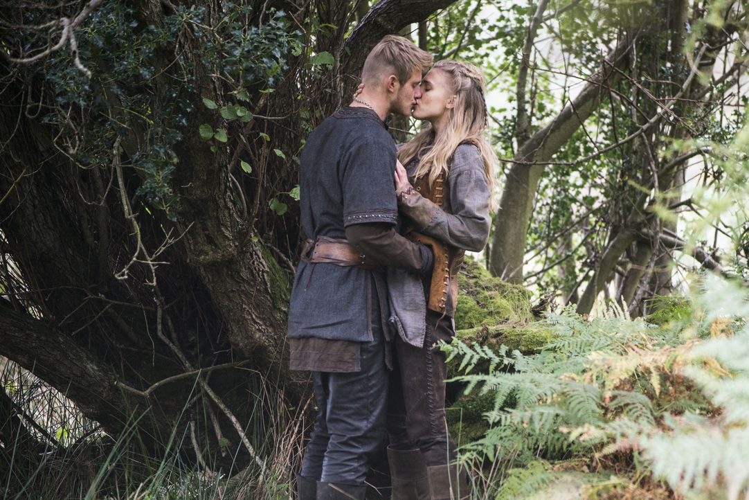 Während Ragnar und König Horik in Kattegat eine Rechnung zu begleichen haben, bahnt sich eine Romanze wischen Bjorn (Alexander Ludwig, l.) und Porun... - Bildquelle: 2014 TM TELEVISION PRODUCTIONS LIMITED/T5 VIKINGS PRODUCTIONS INC. ALL RIGHTS RESERVED.