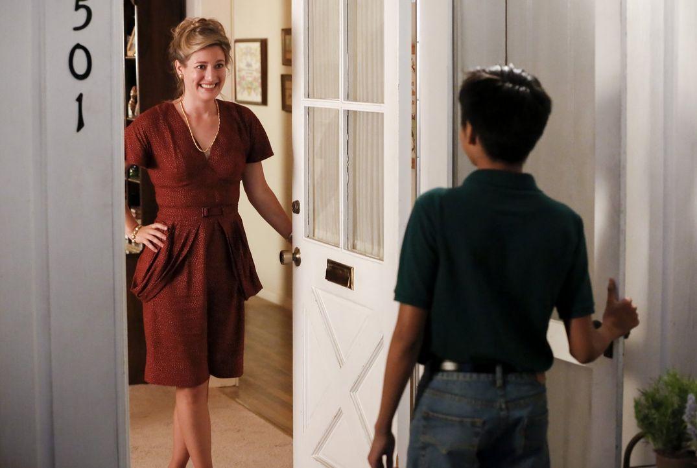 Mary (Zoe Perry, l.) ist total begeistert, als Sheldon ihr erzählt, dass er endlich einen Kumpel hat und organisiert gleich ein Essen für Tam (Ryan... - Bildquelle: Warner Bros.