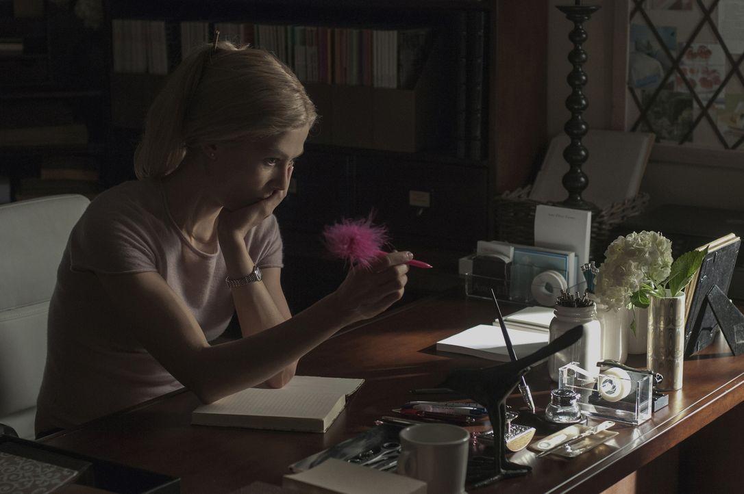 Als Amy (Rosamund Pike) beginnt, ein Tagebuch zu führen, verfolgt sie nur ein Ziel: die Vernichtung ihres Ehemannes! - Bildquelle: 2014 Twentieth Century Fox Film Corporation.  All rights reserved.