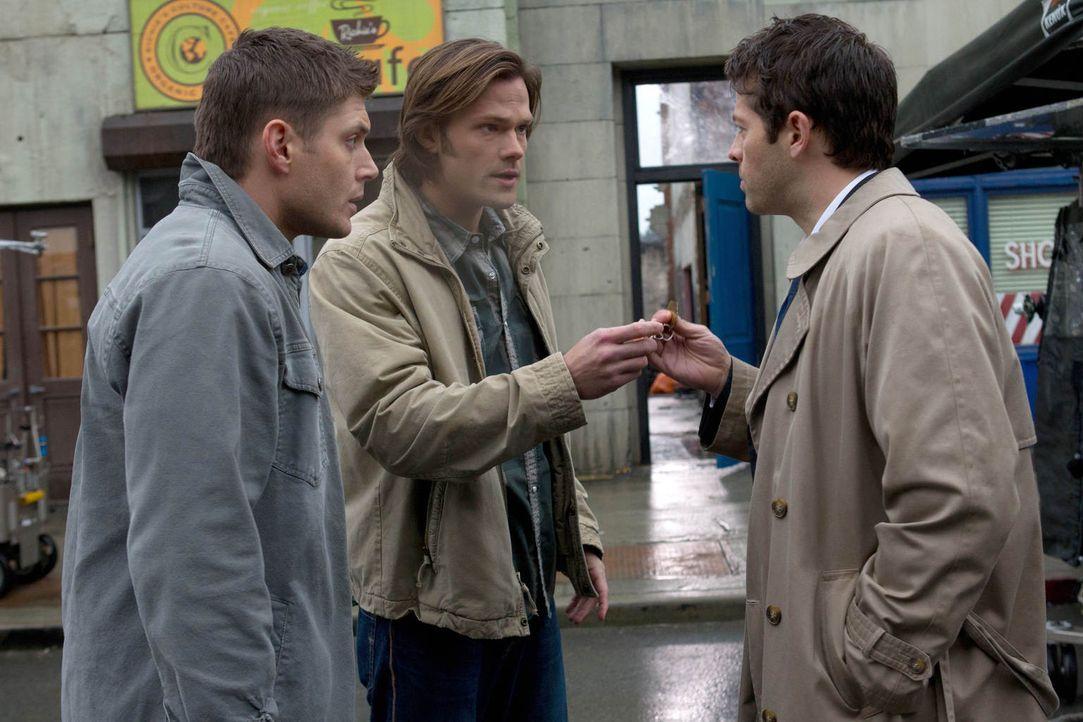 Die Wut von Raphael auf seinen Bruder Castiel (Misha Collins, r.) ist größer als jemals zuvor, aber nicht nur darum müssen Dean (Jensen Ackles, l.)... - Bildquelle: Warner Bros. Television