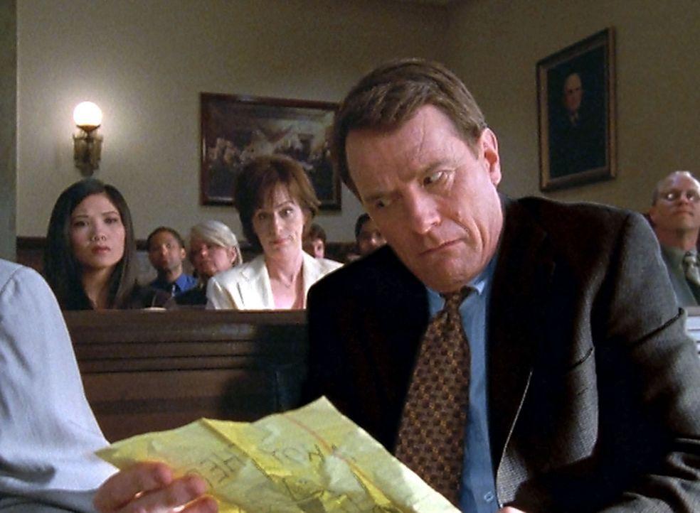 Mit Malcolms Hilfe kann der Fall gelöst und Hal (Bryan Cranston, r.) entlastet werden ... - Bildquelle: TM +   2000 Twentieth Century Fox Film Corporation. All Rights Reserved.
