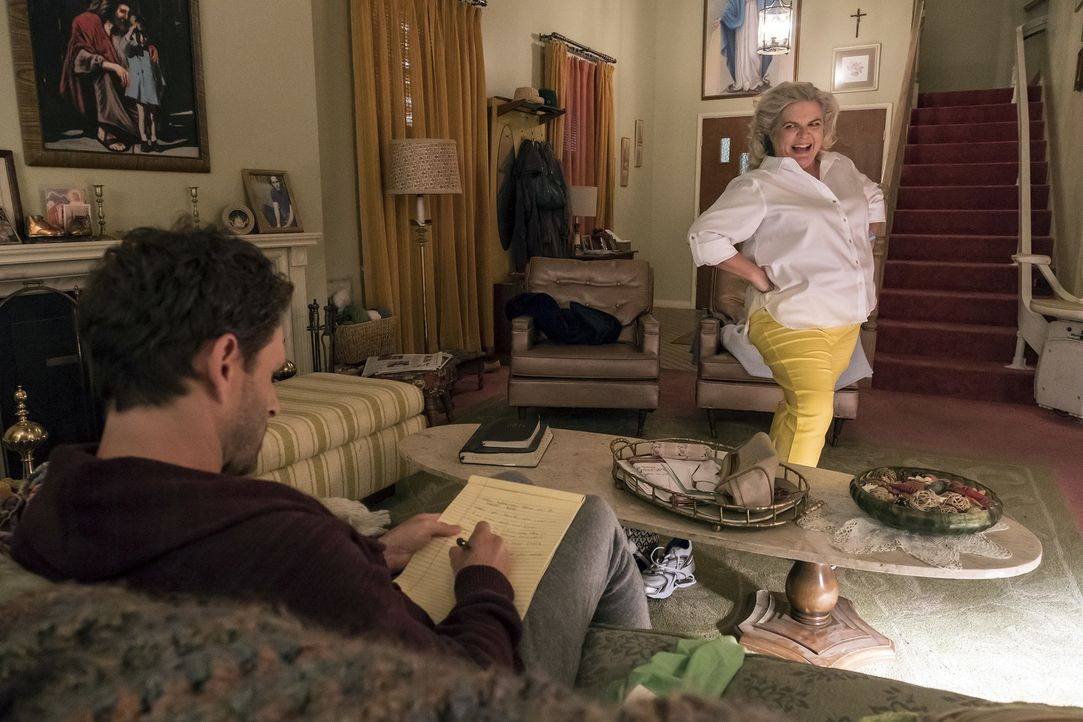 Jack (Glenn Howerton, l.); Helen (Paula Pell, r.) - Bildquelle: Vivian Zink 2018 Universal Television LLC. ALL RIGHTS RESERVED./Vivian Zink