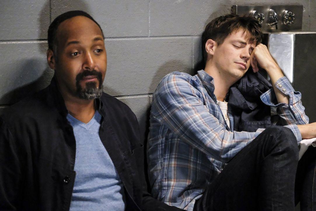 Endet Barrys (Grant Gustin, r.) Junggesellenabschied für ihn, Joe (Jesse L. Martin, l.) und seine Freunde tatsächlich in einer Gefängniszelle? - Bildquelle: 2017 Warner Bros.