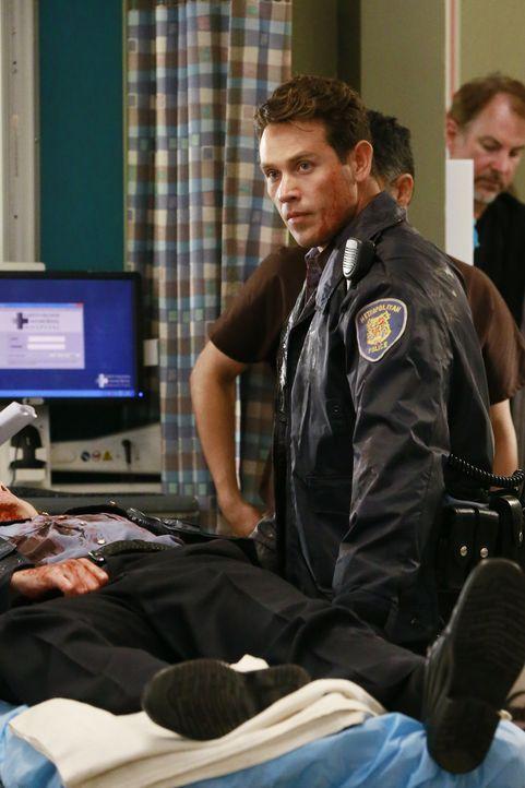 Obwohl er selbst verletzt ist, kümmert sich Dan (Kevin Alejandro) um seinen Kollegen, während sich Amelia ihren Gefühlen für Owen stellen muss ... - Bildquelle: ABC Studios