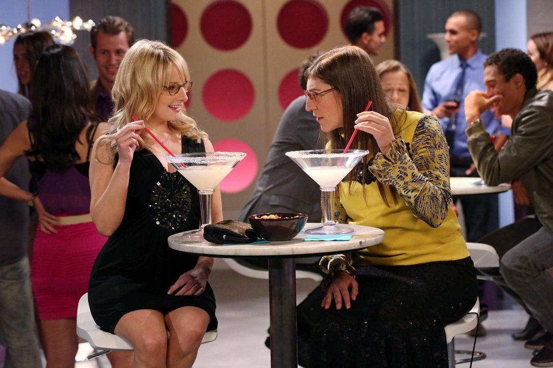 Erleben einen unvergesslichen Abend: Bernadette (Melissa Rauch, l.) und Amy (Mayim Bialik, r.) ... - Bildquelle: Warner Brothers