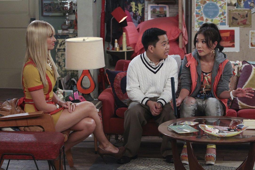June (Ally Maki, r.), die sonst als Prostituierte in einem Stripclub arbeitet, soll sich als Lees (Matthew Moy, M.) Freundin ausgeben. Auch Caroline... - Bildquelle: Warner Bros. Television