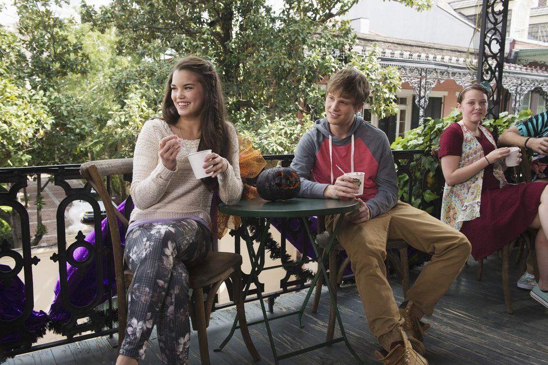 Molly (Paris Berelc, l.) hat alles, was Cleo (Rowan Blanchard, r.) nicht hat. Sie ist beliebt, sportlich und hat sich mit Coug (Austin Fryberger, r.... - Bildquelle: 2015 Disney Enterprises, Inc. All rights reserved.
