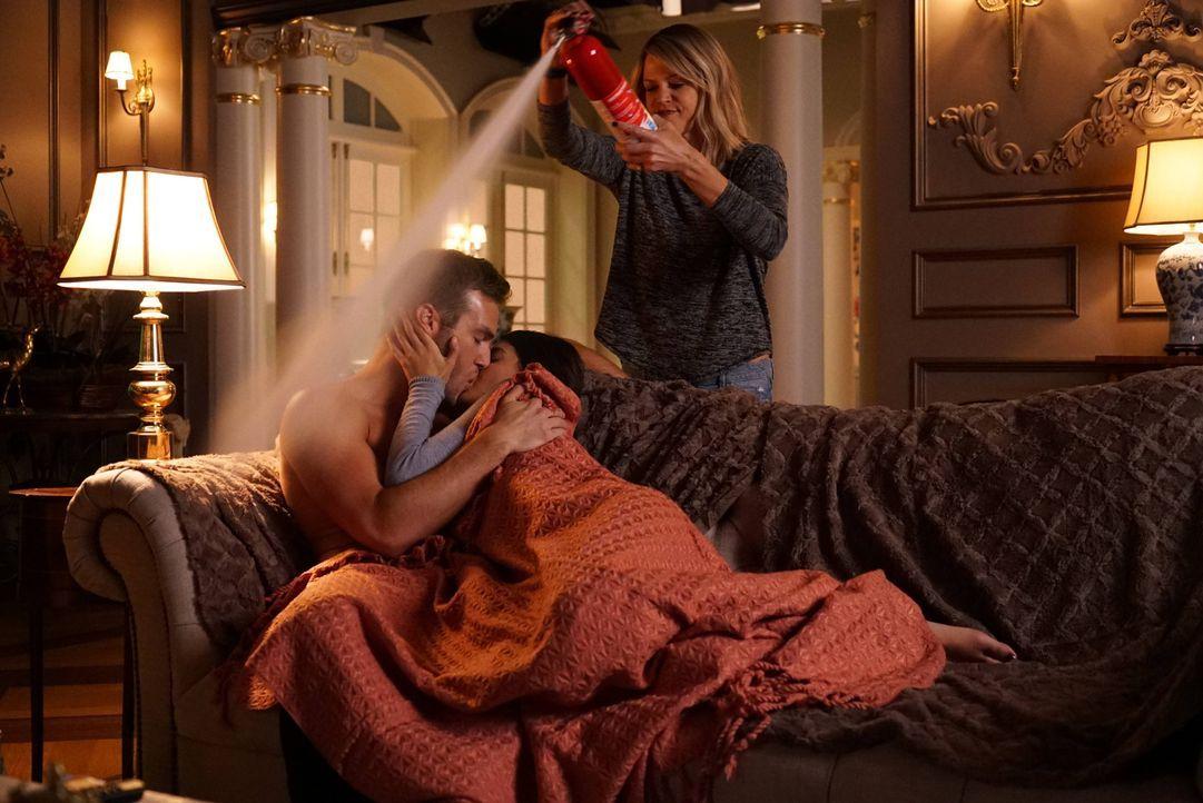 Mickey (Kaitlin Olson, r.) weiß, wie man ungeschützten Sex verhindert. Immer wenn Sabrina (Sofia Black-D'Elia, 2.v.l.) und Kai (Andy Favreau, l.) al... - Bildquelle: 2017 Fox and its related entities.  All rights reserved.