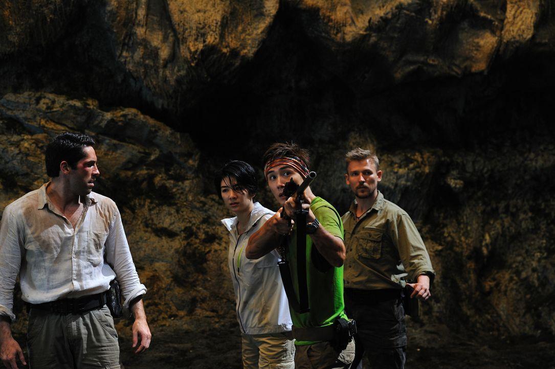 Als (v.l.n.r.) Travis (Scott Adkins), Lan (Yi Huang), Brandon (Nathan Lee) und Chuck (Murray Clive Walker) die Bestie erblicken, bleibt ihnen wider...