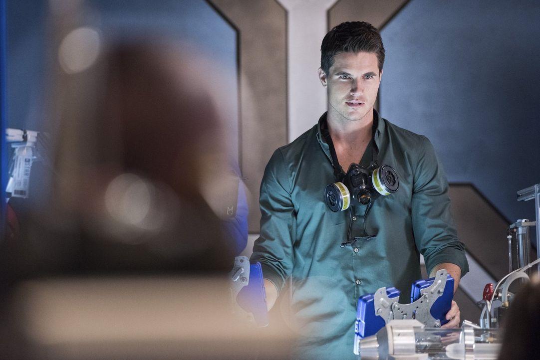 Ronnie (Robbie Amell) möchte bei seiner großen Liebe Caitlin in Central City bleiben und er ist nicht der Einzige, der sich für die Liebe entscheide... - Bildquelle: Warner Brothers.
