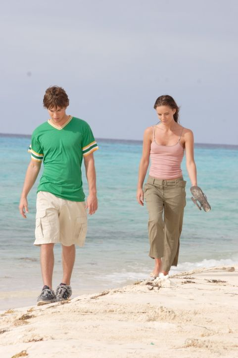 Kaum auf der Insel angekommen, macht sich Kristen (Gabrielle Anwar, r.) auf die Suche nach Matthew (Chace Crawford, l.). Sie spürt sofort, dass das... - Bildquelle: Christopher Filmcapital