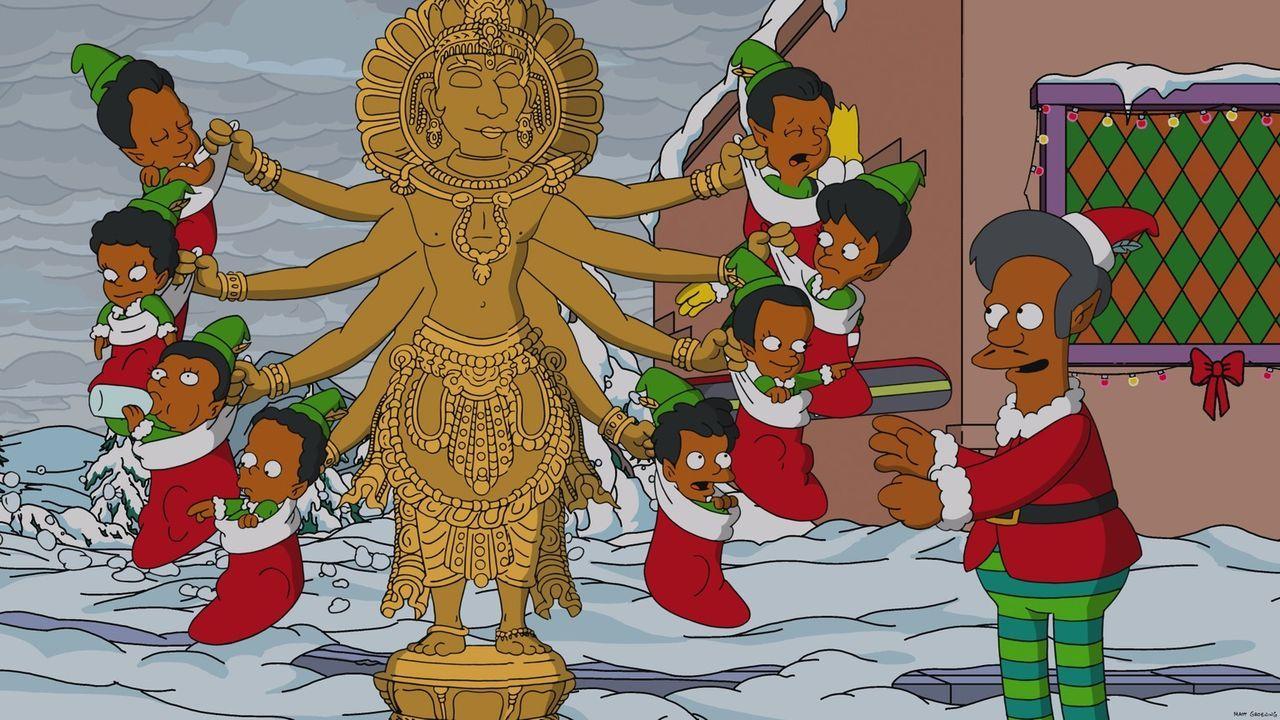 Apu (r.) feiert Weihnachten im verschneiten Springfield auf seine eigene Art und huldigt seinen indischen Wurzeln mit einer weihnachtlichen Version... - Bildquelle: 2013 Twentieth Century Fox Film Corporation. All rights reserved.
