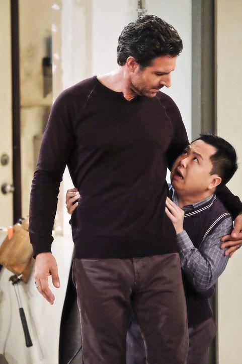 Während Randy (Ed Quinn, l.) und Max ihre Beziehung neu überdenken müssen, bekommt Han (Matthew Moy, r.) Probleme mit einer Gang, denen er Geld schu... - Bildquelle: 2016 Warner Brothers