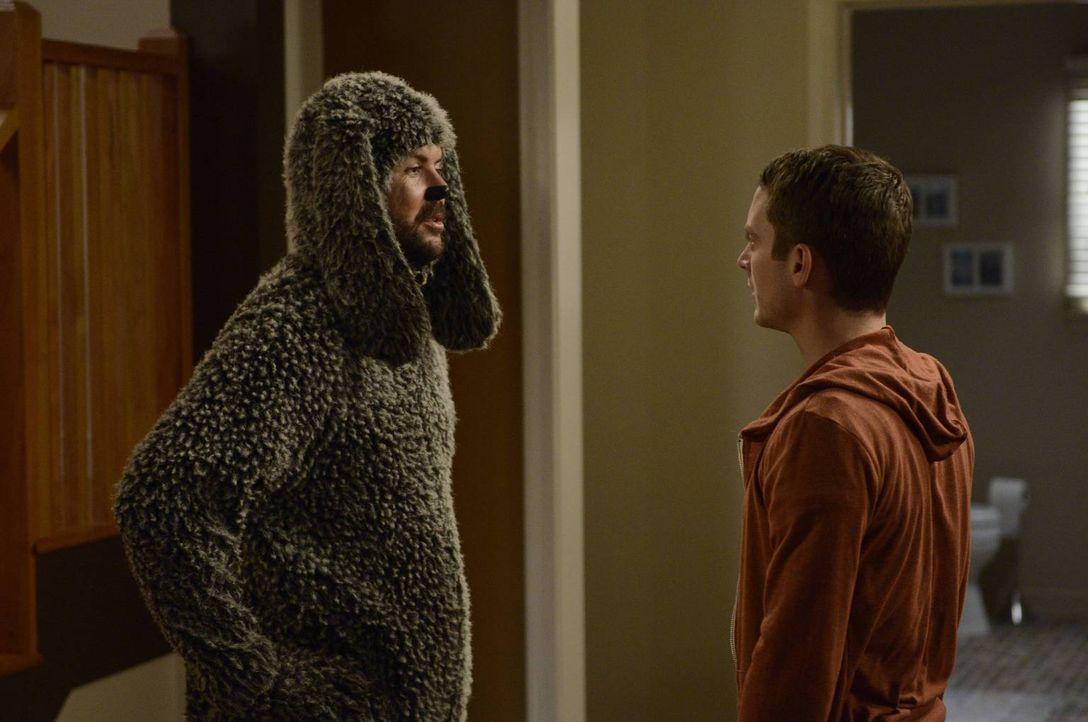 Noch ahnt Ryan (Elijah Wood, r.) nicht, was die Hündin im Haus bei Wilfred (Jason Gann, l.) auslösen wird ... - Bildquelle: 2013 Bluebush Productions, LLC. All rights reserved.