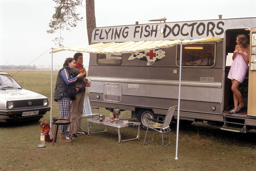 """Zusammen mit seinem Freund und Kollegen Leo (Simon Verhoeven, 2.v.l.) zieht Otto (Christian Ulmen, l.) in seinem Wohnmobil als """"Flying Fish Doctor""""... - Bildquelle: Constantin Film"""