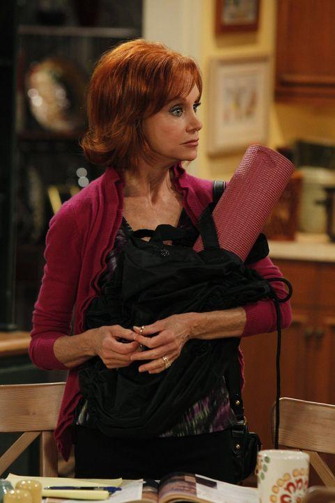 Nach einem Sexunfall verschwindet Joyce (Swoosie Kurtz) und überlässt es Mike und Molly, sich um Vince zu kümmern ... - Bildquelle: Warner Brothers
