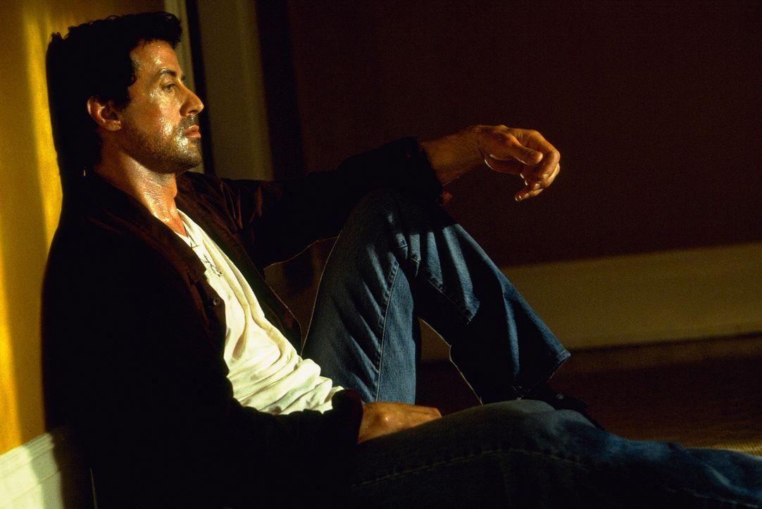 Ein bestialischer Cop-Killer hat die Freundin von Jake Malloy (Sylvester Stallone) brutal ermordet. Jake plagen furchtbare Schuldgefühle, die er ver... - Bildquelle: Universal Pictures