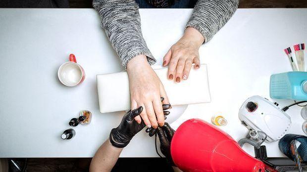 Polygel Nails vom Profi im Studio machen lassen - wir berichten über den Nage...