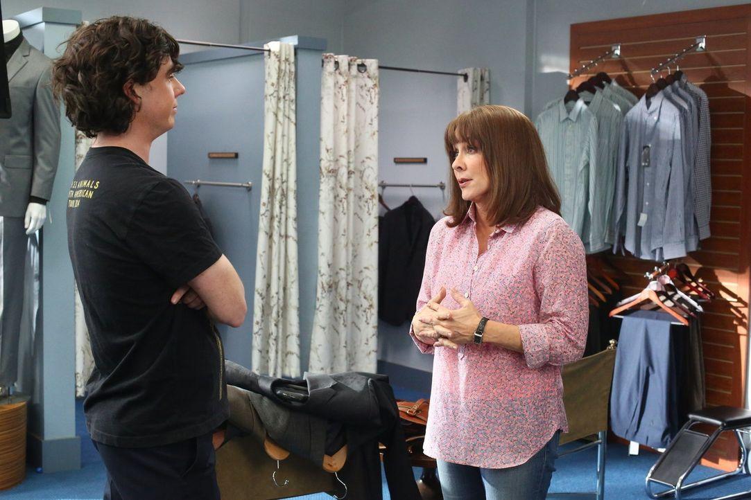 Frankie (Patricia Heaton, r.) versucht Axl (Charlie McDermott, l.) Verantwortungsbewusstsein beizubringen, damit dieser bei seinen Bewerbungsgespräc... - Bildquelle: Warner Bros.