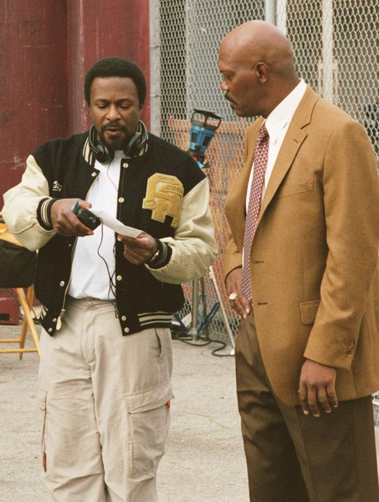 Regisseur Thomas Carter (l.) und sein Hauptdarsteller Samuel L. Jackson (r.) während einer Szenenbesprechung. - Bildquelle: CBS International Television