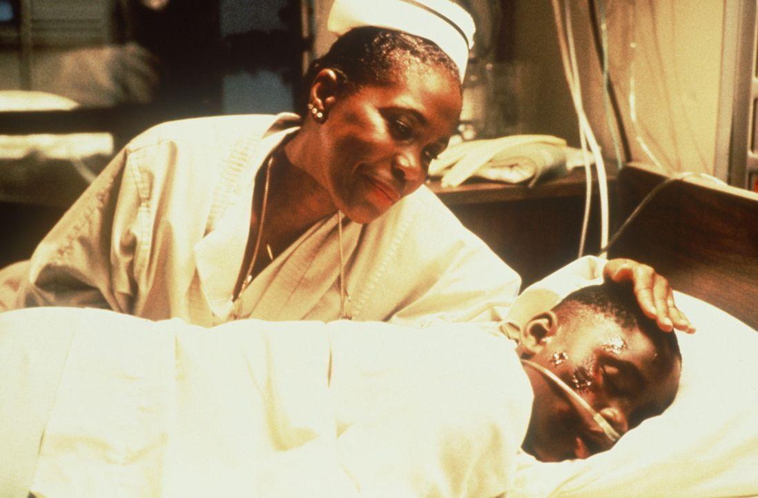Als der verletzte Jimmy (Christian Coleman, r.) ins Krankenhaus muss, findet er bei der Krankenschwester Shelly (Starletta DuPois, l.) mütterlichen... - Bildquelle: Warner Bros.