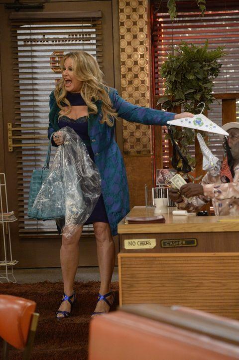 Sophie (Jennifer Coolidge) ist fleißig dabei, sich ihr perfektes Baby zusammenzuschustern, während Oleg Besuch von seinem Cousin, einem Profi-Basket... - Bildquelle: 2015 Warner Brothers