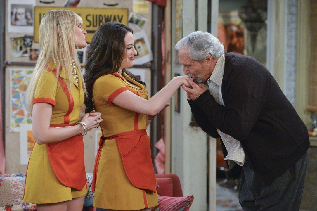 Max (Kat Dennings, M.) und Caroline (Beth Behrs, l.) brauchen die Hilfe von Lester (Hal Linden, r.), damit die Pacht ihrer Wohnung verlängert wird.... - Bildquelle: Warner Bros. Television