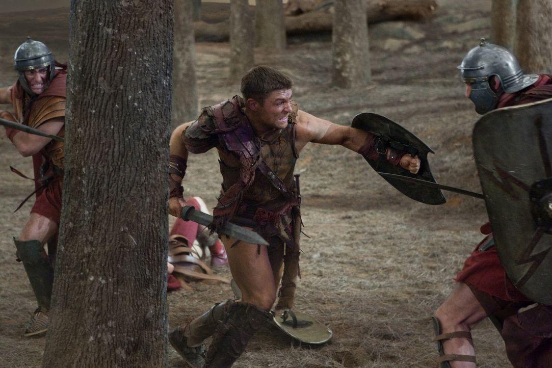 Zunächst können Spartacus (Liam McIntyre, M.) und seine Truppe die Römer in Schach halten, doch dann überwältigt sie deren Übermacht. Glücklicherwei... - Bildquelle: 2011 Starz Entertainment, LLC. All rights reserved.