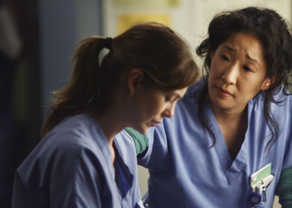 Cristina (Sandra Oh, r.) ist besorgt um Meredith (Ellen Pompeo, l.), nachdem sie seit den Worten ihres Vaters wie paralysiert ist ... - Bildquelle: Scott Garfield 2007 American Broadcasting Companies, Inc. All rights reserved. NO ARCHIVE. NO RESALE.