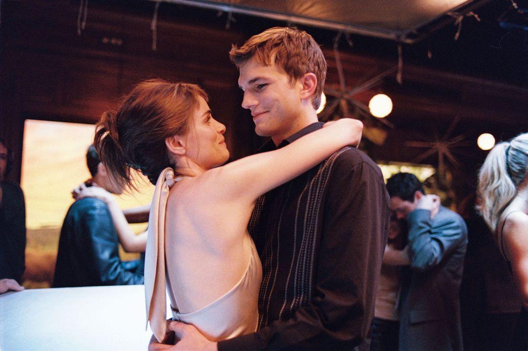 Im Laufe vieler Jahre verbringen Emily (Amanda Peet, l.) und Oliver (Ashton Kutcher, r.) viele unvergessliche Stunden miteinander, aber danach gehen... - Bildquelle: Touchstone Pictures. All rights reserved