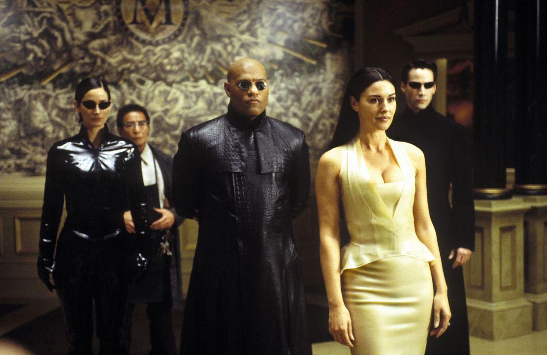 Wissen ist die subversivste aller Waffen: (v.l.n.r.) Trinity (Carrie-Anne Moss), (Randall Duk Kim), Morpheus (Laurence Fishburne), Persephone (Monic... - Bildquelle: Warner Bros.