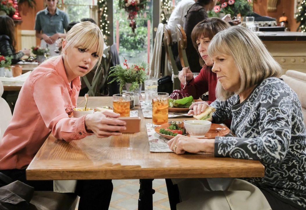Können Wendy (Beth Hall, M.) und Marjorie (Mimi Kennedy, r.) Christy (Anna Faris, l.) dabei helfen, einen Einbrecher zu fassen? - Bildquelle: 2017 Warner Bros.