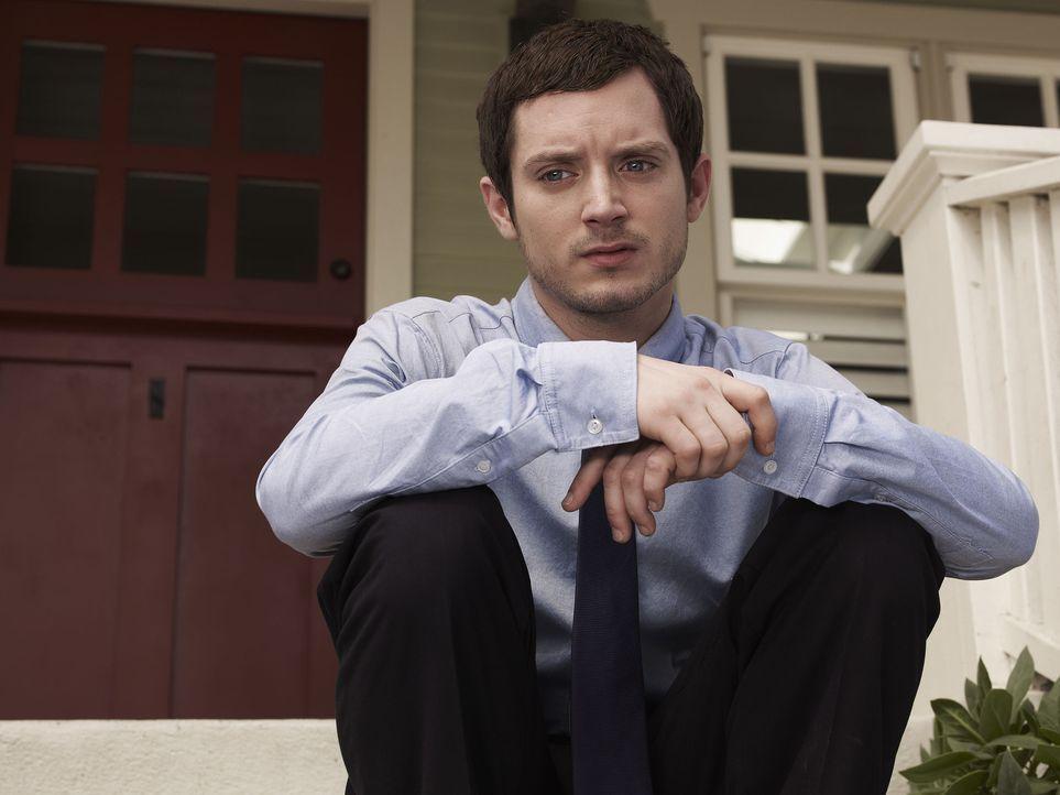 (1. Staffel) - Ryan (Elijah Wood) ist ein arbeitsloser Anwalt, der sich in seine Nachbarin Jenna verliebt. Nach einem missglücktem Selbstmordversuch... - Bildquelle: 2011 FX Networks, LLC. All rights reserved.