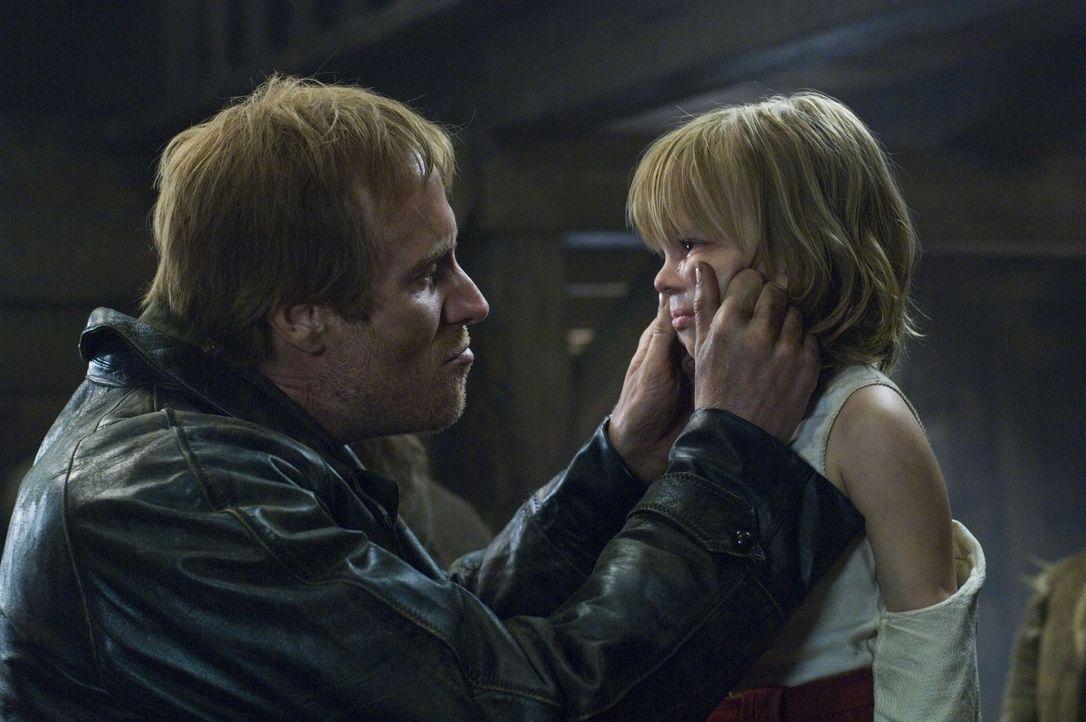 Um seine hungrigen Gefolgsleute ruhig zu stellen, macht sich Grutas (Rhys Ifans, l.) an Hannibals kleine Schwester Mischa (Helena-Lia Tachovska, r.)... - Bildquelle: Tobis Film