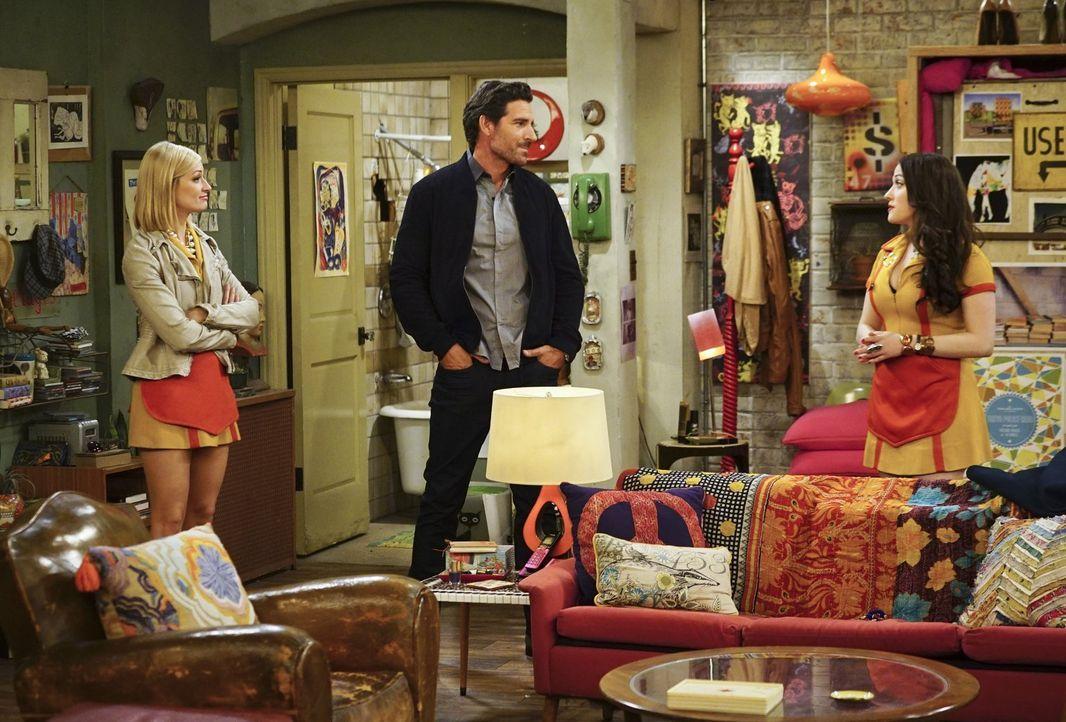 Randy (Ed Quinn, M.) ahnt nicht, dass sein Aufenthalt in Max' (Kat Dennings, r.) und Carolines (Beth Behrs, l.) Apartment im Krankenhaus enden wird... - Bildquelle: 2016 Warner Brothers