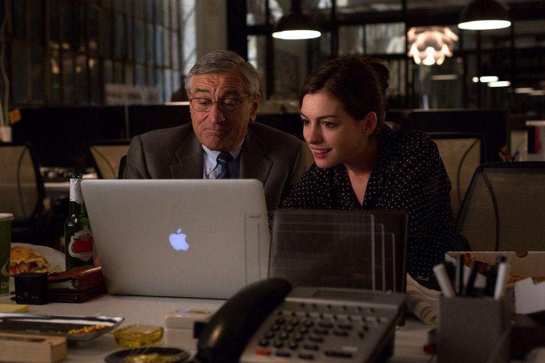 Auf der Suche nach einer neuen Aufgabe im Ruhestand, bewirbt sich Witwer Ben (Robert De Niro, l.) kurzerhand als Senioren-Praktikant bei Jules Ostin... - Bildquelle: Warner Brothers