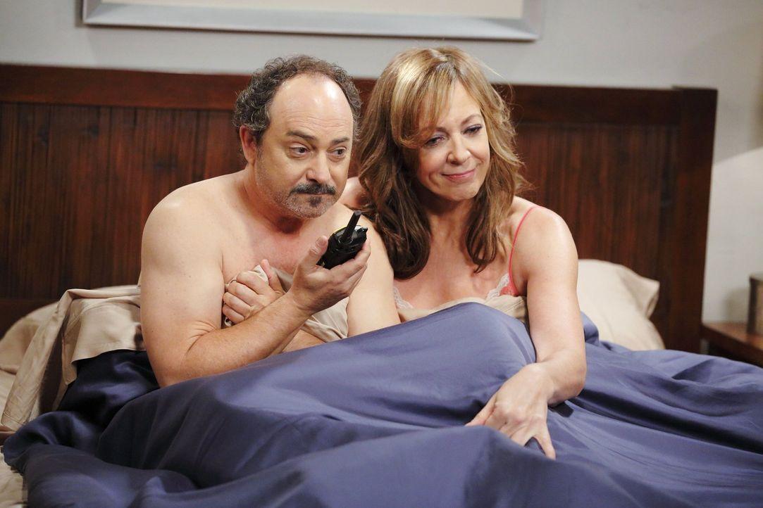 Bonnie (Allison Janney, r.) und Alvin (Kevin Pollak, l.) sind ein glückliches Paar. Ein spontaner Vorfall trübt das Glück jedoch ... - Bildquelle: Warner Bros. Television