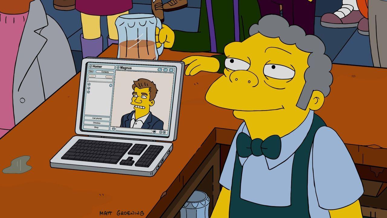 Warten gespannt darauf, wie das wichtige Schachspiel zwischen Homer und seinem Vater enden wird: Moe (r.) und Schachmeister Magnus (l.) ... - Bildquelle: 2016-2017 Fox and its related entities. All rights reserved.