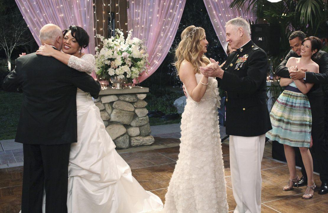Der Traum des traditionellen Braut-Brautvater-Tanzes geht für Arizona und Callie in Erfüllung: Carlos Torres (Hector Elizondo, l.) Callie (Sara Ra... - Bildquelle: ABC Studios