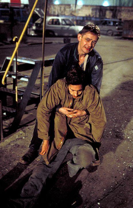 Daniel Neymann (Benjamin Sadler, unten) gerät in einen Hinterhalt Gorreschs (Henning Peker, hinten) ... - Bildquelle: ProSieben/Rabold