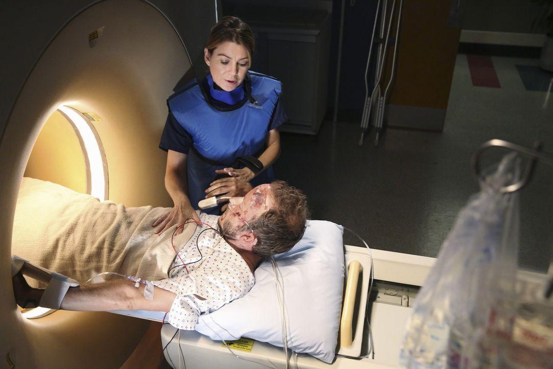 Der völlig dehydrierte und verwirrte Chris (Christopher Redman, vorne) möchte trotz schwerer Verletzungen fliehen, um seine vermisste Familie in der... - Bildquelle: ABC Studios