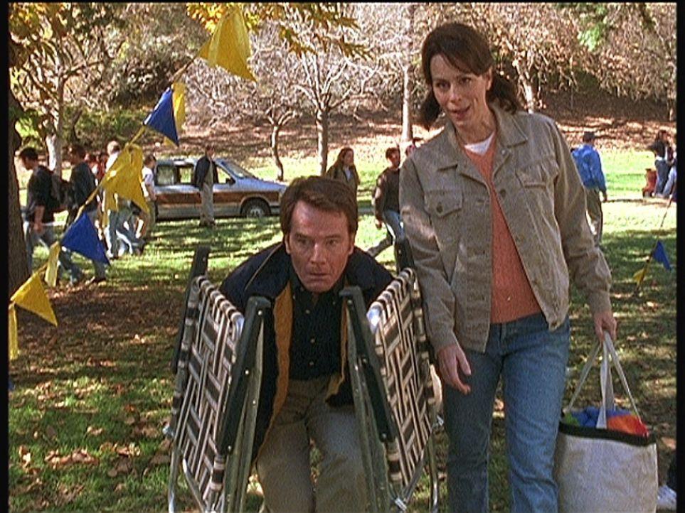 Zum Entsetzen von Lois (Jane Kaczmarek, r.) versucht Hal (Bryan Cranston, l.), sich während seines Firmenpicknicks zu verstecken ... - Bildquelle: TM +   Twentieth Century Fox Film Corporation. All Rights Reserved.